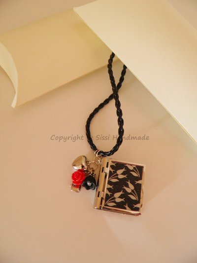 Collana in caucciù con cuori e fiori pendenti e libro per foto