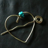 Fermaglio in ottone a forma di cuore con cristallo verde