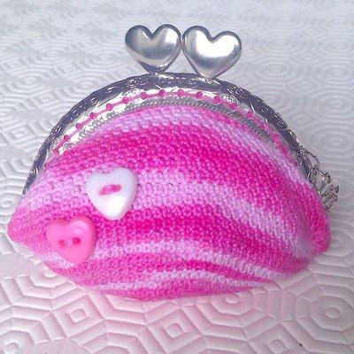 Borsellino portamonete sfumato nelle tonalità del rosa, fatto a mano all'uncinetto con clic clac e bottoni a cuori