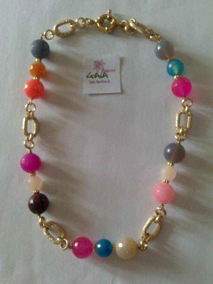 Collana con palline in agata di vari colori e catena dorata