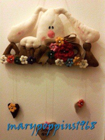 """Ghirlanda pasquale """" Coniglietto tra i fiori"""" in pannolenci fatto a mano"""