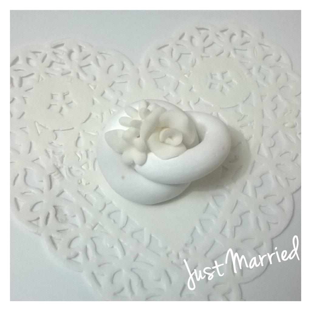 Segnaposto matrimonio, fedi con decori in pasta di zucchero, total white