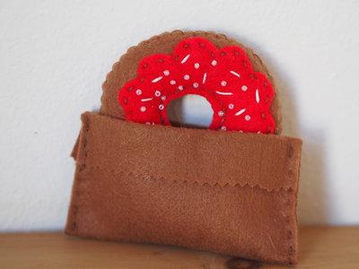 Donut Americana,fantasia rossa.Ciambella in feltro e perline.Bomboniera/Arredamento/Gioco.Segnaposto.Regalo S.Valentino.