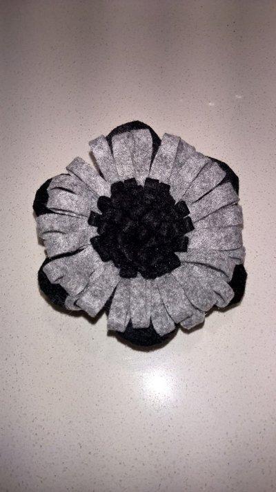 Spilla in feltro a fiore