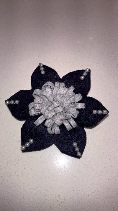 Spilla in feltro a fiore.