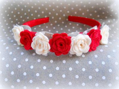 prezzo ufficiale prezzo più basso con ampia scelta di colori e disegni Cerchietto rosso con rose rosse e panna fatto a mano