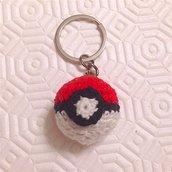 Portachiavi con pokéball amigurumi, rossa bianca e nera, fatta a mano all'uncinetto