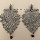 Orecchini a clip in macramè grigio argento con micro strass color grigio opaco e pendenti in cristallo neri