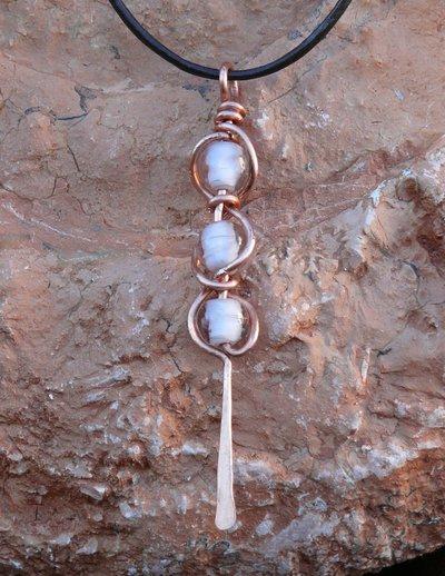 Collana con pendente in rame e cristalli bianchi