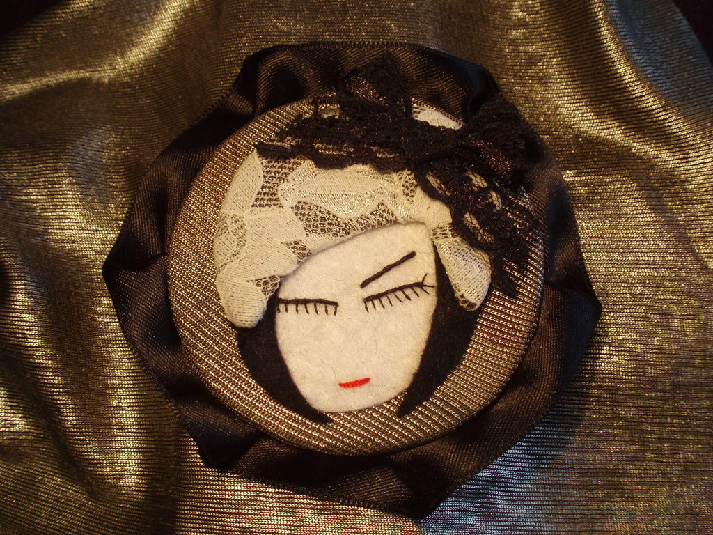 Lady Lace, Broche.