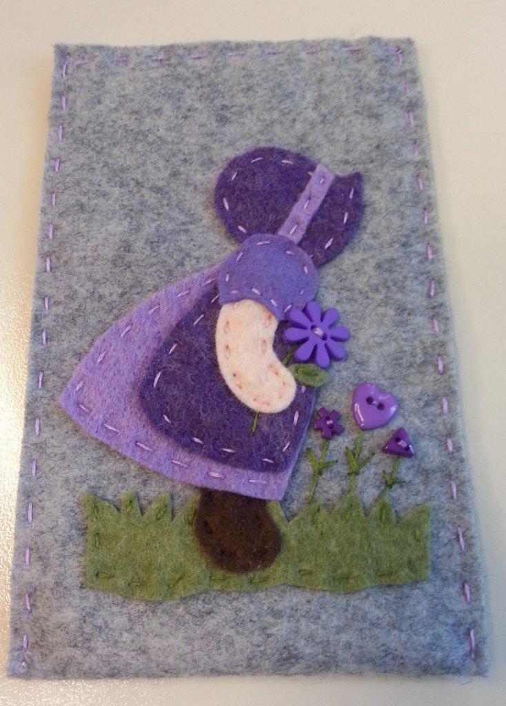 Porta cellulare in panno lana grigio con Sue Sunbonnet che raccoglie i fiori