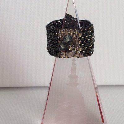 Anello a fascia con fiore di cristalli