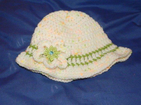 Cappellino bimbetta realizzato all'uncinetto in misto lana delicatamente variegata