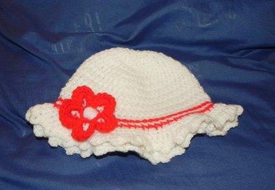 Cappellino bimbetta realizzato all'uncinetto in misto lana bianco e rosso