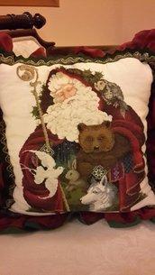 """""""Babbo Natale della foresta"""" Cuscino natalizio ricamato su lino."""