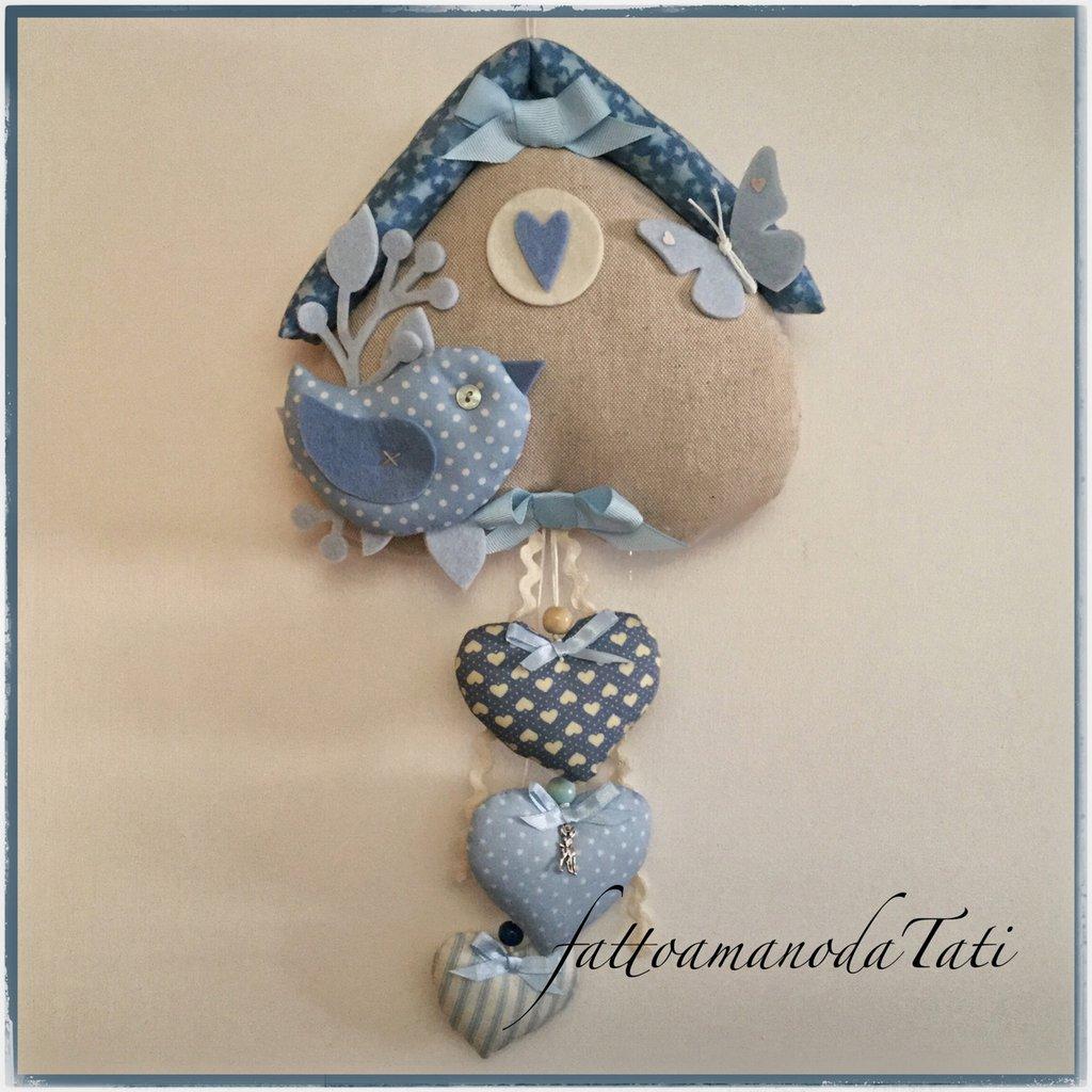 Fiocco nascita in cotone azzurro ed ecrù a forma di casetta con uccellino e cuori