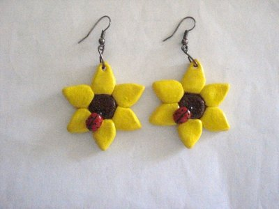 Fiore giallo con coccinella
