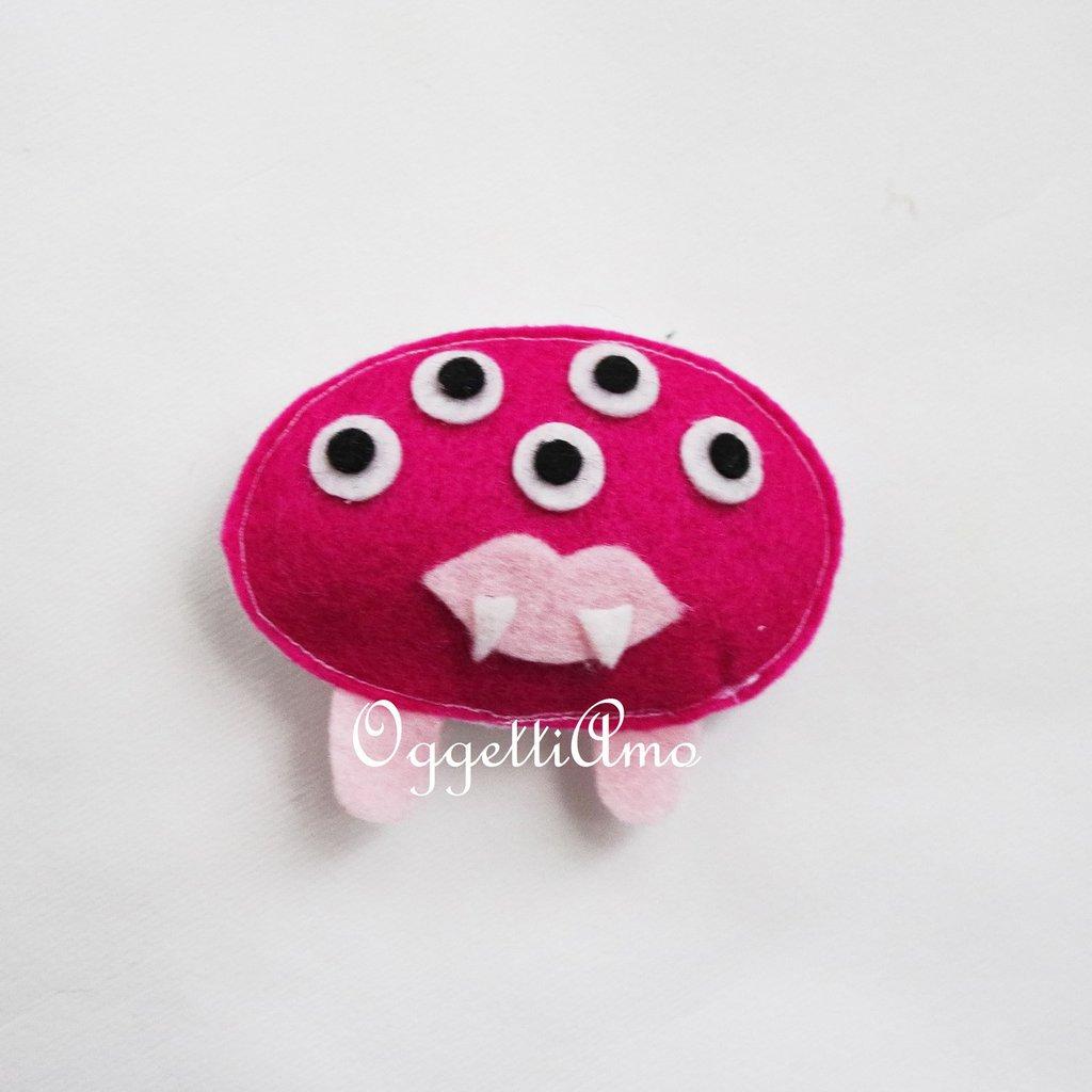 Mostriciattole in feltro confezionate a mano come calamite per le bomboniere della vostra bambina
