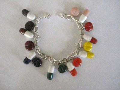 Bracciale con pillole e pasticche colorate