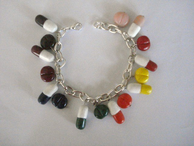 Bracciale con pillole e pasticche colorate