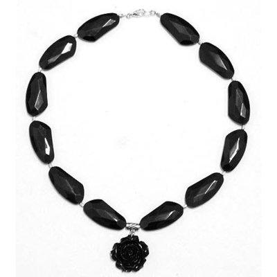 Collana nera con pendente a rosa e grandi perle a losanga irregolare
