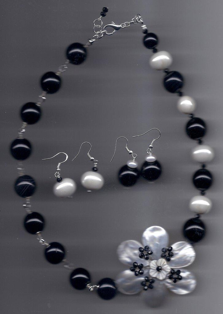 Completo agata nera, madreperle e fiore fashion.