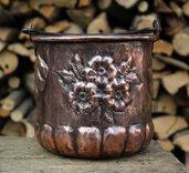 Vaso Secchio piccolo con fiori cesellati in rame lavorato a mano