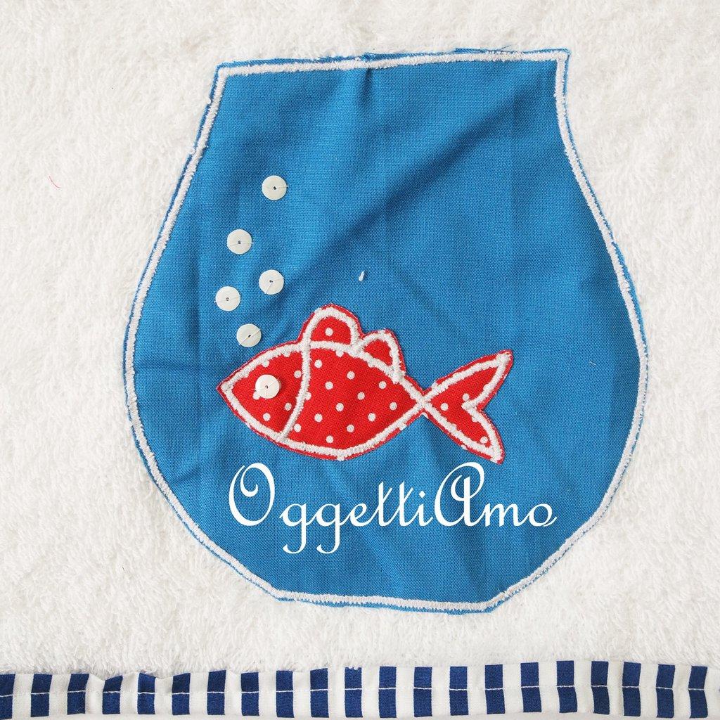 Asciugamano in morbida spugna dal coordinato 'Fondale Marino': un pesce in una vaso per decorare il suo asciugamani!