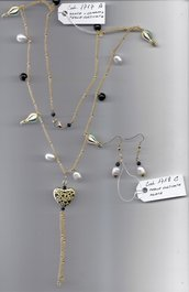 Completo con charms, pietre dure e perle coltivate.
