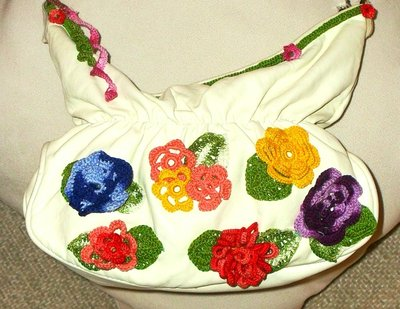 Borsa decorata con fiori all'uncinetto