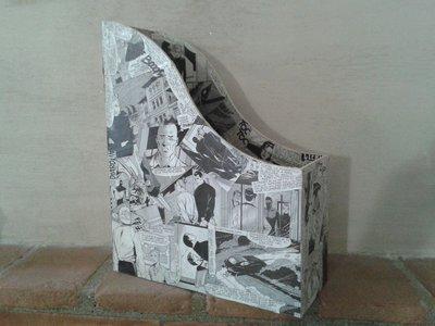 Porta riviste moderno in legno decorato con fumetto Diabolik