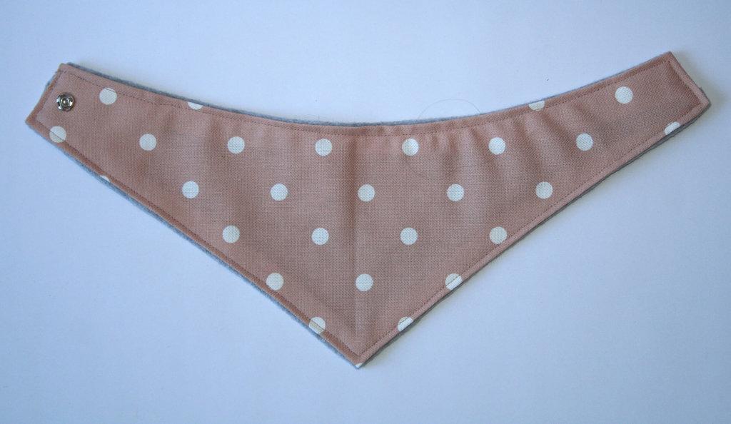 Bavaglino e scaldacollo per bimbi in cotone e calda felpa, fantasia a pois bianchi su base rosa antico, fatto a mano