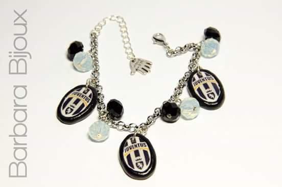 Bracciale con scudetto della Juventus realizzato a mano in pasta polimerica ( fimo ) e perle di vetro.