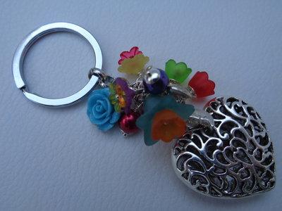 Portachiavi con fiori multicolor e ciondolo cuore