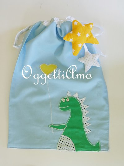 Tenera sacca in cotone confezionata a mano: un accessorio utile per il cambio o per i pannolini.