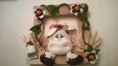 Cornice country con soggetto mucca, arricchito con fiori e accessori. Fatto a mano.