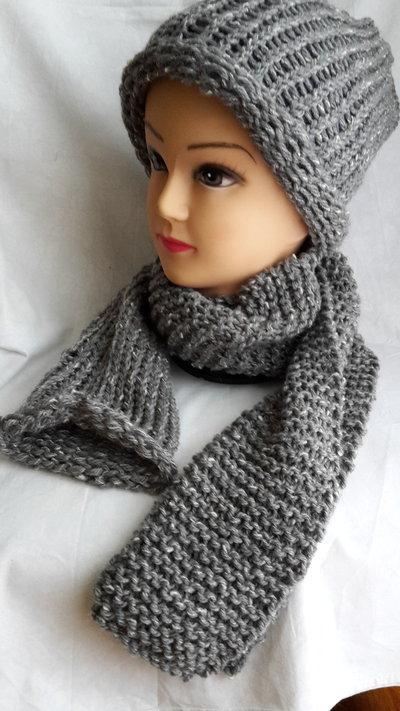 Set cappello e sciarpa in lana grigio