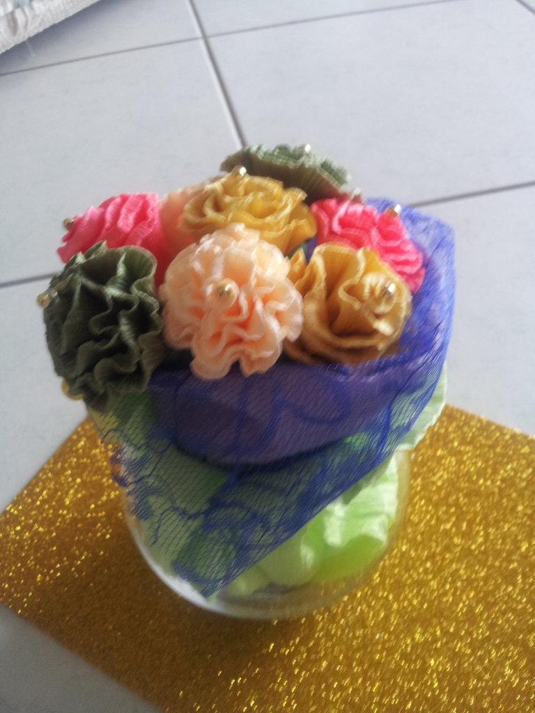 Vaso in vetro decorato,con rose di carta fatte a mano