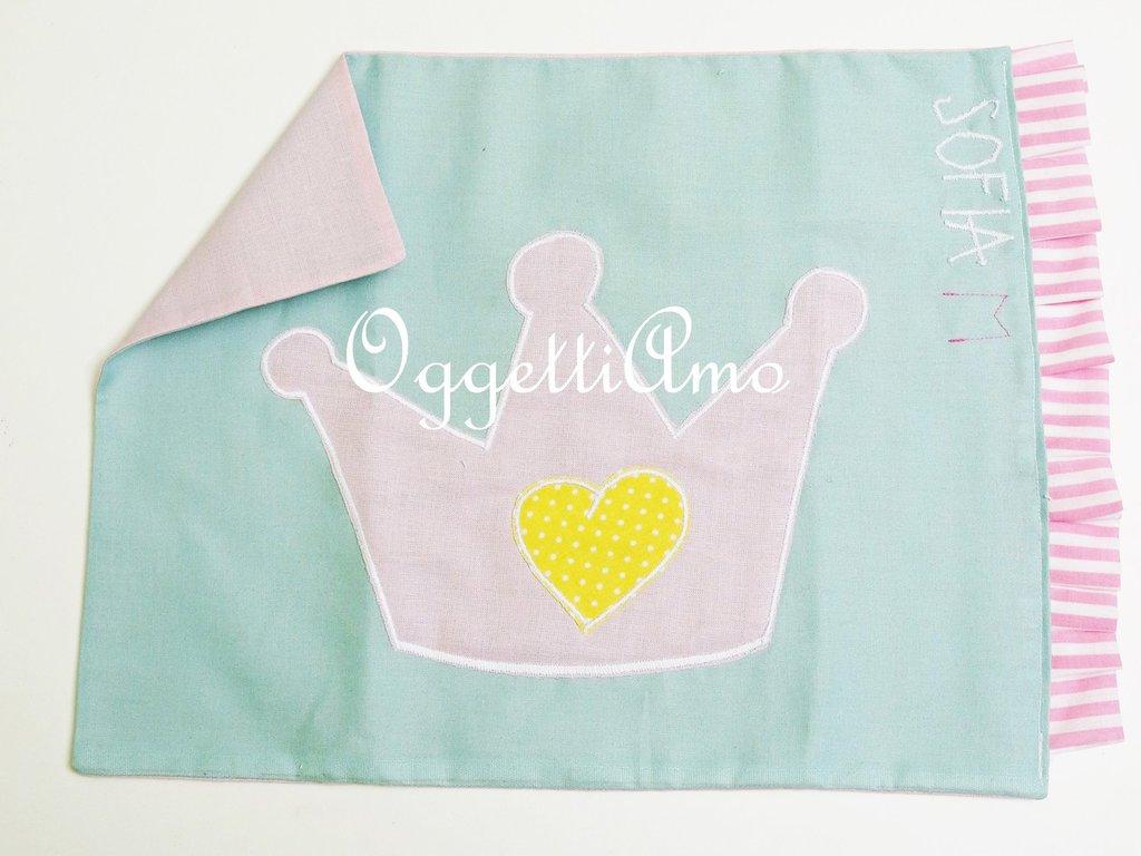 Tovaglietta in stoffa ricamata per la principessa di casa: corone e scettri per l'ingresso a scuola della tua principessina!
