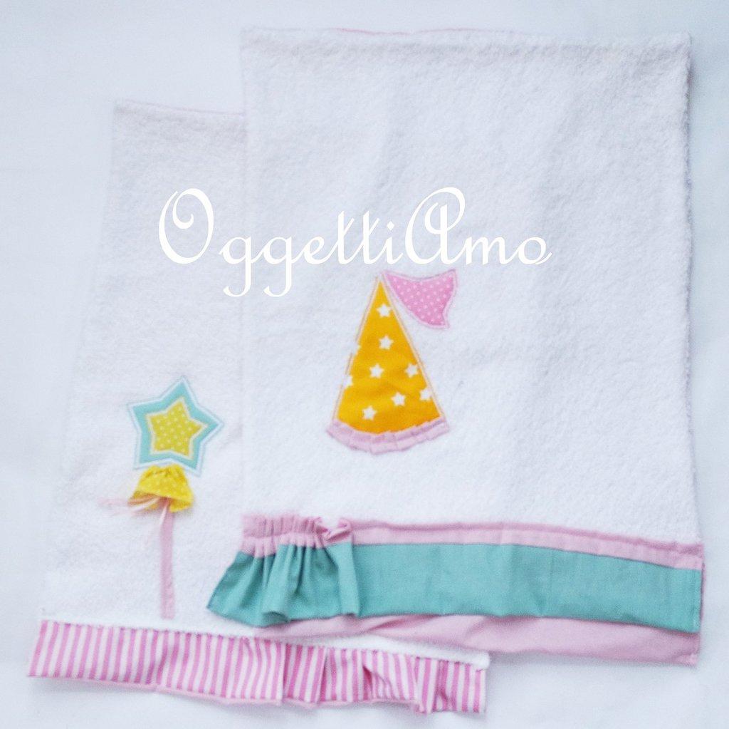 Set di due diversi asciugamani dal coordinato 'Principesse': morbide spugne ricamate per la piccola principessa di casa!