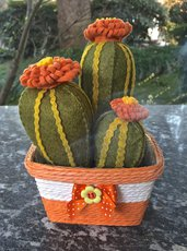 Composizione di cactus in feltro con fiore arancione