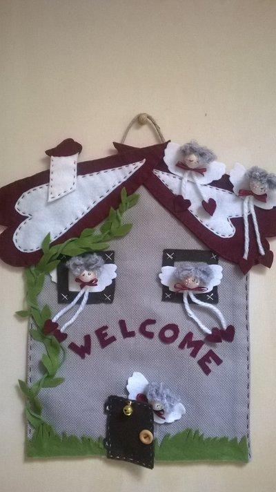 Fuori porta casetta degli angeli con cuori in panno e accessori