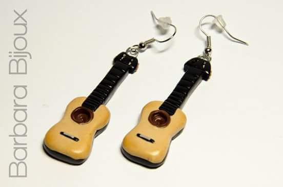 Orecchini con chitarra realizzati interamente a mano in pasta polimerica ( fimo )