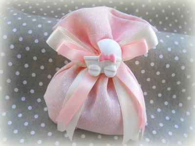 Bomboniera sacchetto rosa a pois con carrozzina in gesso dipinta