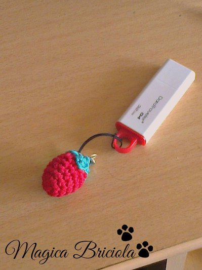 Laccetto per USB con fragolina