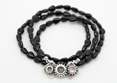 Pendente con ingranaggi in puro argento con CZ rosa zaffiro e collana di perline in vetro