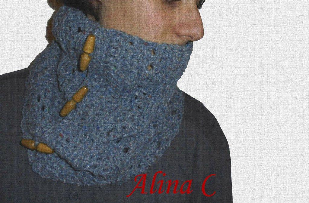 Scaldacollo da uomo in lana e viscosa lavorato ai ferri, azzurro effetto tweed con bottoni in legno