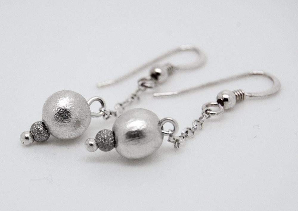 Orecchini pendenti con palline in puro argento
