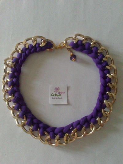 Collana con catena dorata e fettuccia viola intrecciata