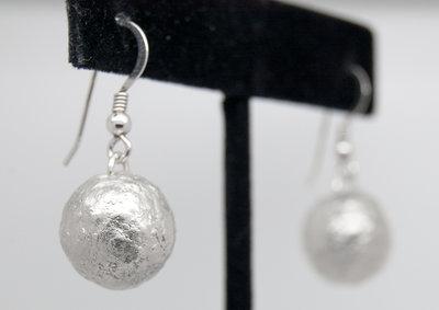 Orecchini con palle grezze in puro argento